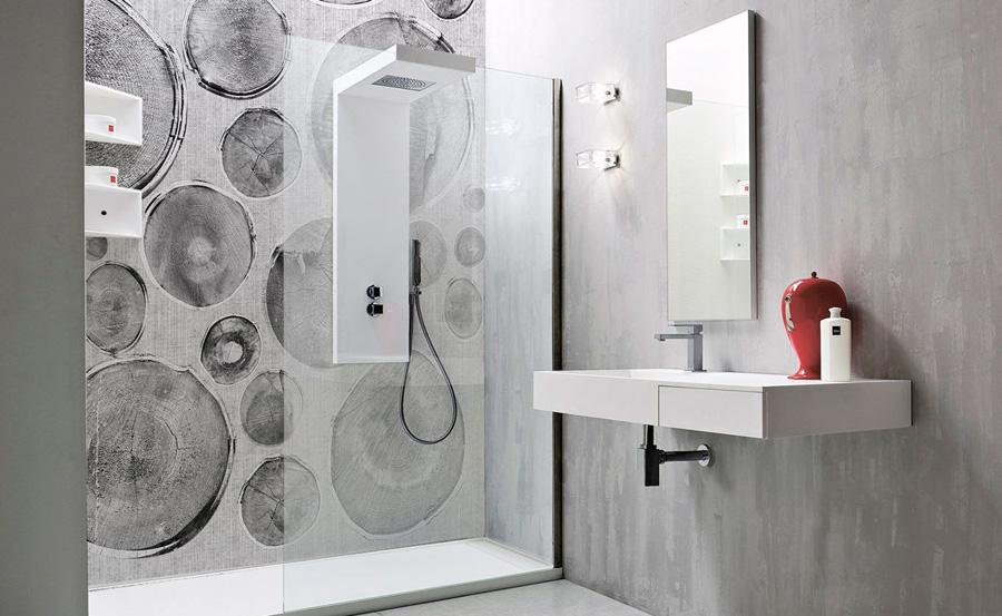 Tendenze bagno: carta da parati nella doccia